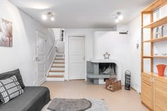 Alakerrassa on takkahuone, jossa on puilla lämpiävä avotakka. Loft, Bed, Furniture, Home Decor, Lofts, Stream Bed, Interior Design, Home Interior Design, Beds