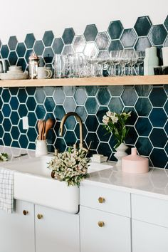 Home Decoration For Wedding pretty teal tile in the kitchen.Home Decoration For Wedding pretty teal tile in the kitchen Kitchen Interior, New Kitchen, Kitchen White, Green Kitchen, Quirky Kitchen, Back Splash Kitchen, Glass Kitchen, Apartment Interior, White Apartment