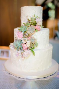 Amaaazing wedding cake with succulents. apollo fotografie.