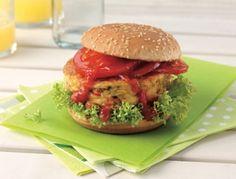 Für den Gemüse-Burger Ei, Cremefine, Mehl und Backpulver glatt rühren, salzen und pfeffern. Zucchini, Mais und Paprika untermischen, 6 Laibchen