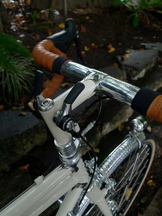 I am fucking loving these stem-mounted shifters! At the very least, I love the placement. Part of me thinks that instead on repurposing barcon shifters, maybe something all new is called for that doesn't break the plain of the stem. Maybe a knurled dial? Bicycle Art, Bicycle Design, Bike Gadgets, Bicycle Garage, Bike Repair Stand, Push Bikes, Urban Bike, Speed Bike, Bike Handlebars