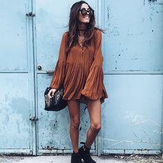 Look street style com vestido com manga de sino.
