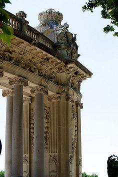 Columnas pertenecientes al Monumento al Rey Alfonso XII en el Parque del Retiro ,Madrid
