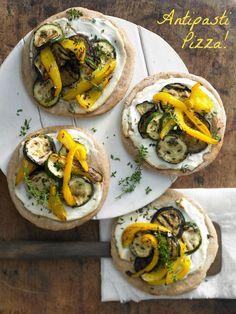 Die schmeckt! Zucchini-Dinkelpizza mit #Antipasti - und Ricotta | Kalorien: 582 Kcal - Zeit: 35 Min. | http://eatsmarter.de/rezepte/dinkelpizza-antipasti