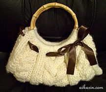 Free pattern for knit cabled purse.
