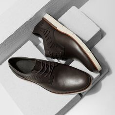 Wybór letnich butów dla niego nie jest łatwy, szczególnie jeśli w pracy obowiązują nas zasady dress code'u. Mimo wszystko warto jednak zadbać o to, by stopy mogły oddychać niezależnie od sytuacji.  #męskiebutyletnie #męskiebutynalato#męskiebuty #butynalato #buty #lato
