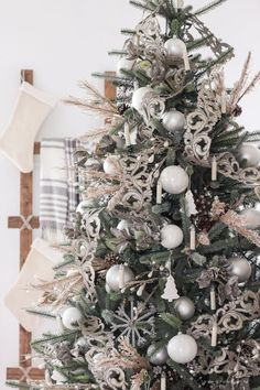 Our Beautiful New Tree - A stunning simple, neutral Christmas tree and how to get this look!