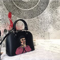 """""""The lovey @meemalessa showing off her new hand painted bag by @prettygreenbullet at the Nuqat conferences on top of our crab head jalli running fabric.…"""""""