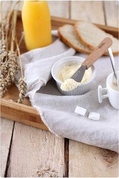 Je vous propose de réaliser vous même votre beurre. Ce n'est en rien compliqué et c'est vraiment très amusant à faire ! Il faut le manger rapidement, dans