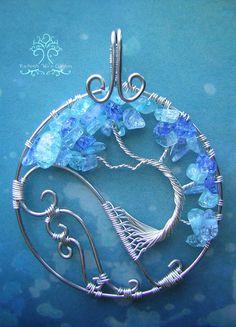Un pendentif arbre de vie unique, assis sur une vague deau ! Fait avec des perles de verre et mesures environ 3 pouces de hauteur (y compris
