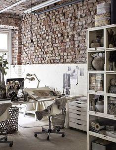 Mescla de estilos nesse Home Office nórdico e industrial.