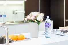 Für prickelnde Kochabende. Die 1 l Glasflasche für Zuhause. #kulinarik #jungbleiben #vöslauerglas #vöslauer Vase, Table Decorations, Home Decor, Glass Bottles, Ad Home, Decoration Home, Room Decor, Vases, Home Interior Design
