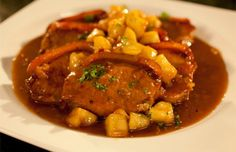 Tenemos invitados y queremos preparar una receta rápida y sencilla de hacer. Pues, la de hoy, filetes de lomo en salsa es la adecuada para estas ocasiones.