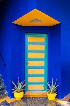 Marrakech - Jardin Majorelle (With images) Cool Doors, Unique Doors, Pintura Exterior, When One Door Closes, Painted Doors, Closed Doors, Door Knockers, Doorway, Windows And Doors