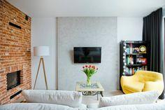 Aranżacja salonu z kolorowymi dodatkami - Lovingit.pl