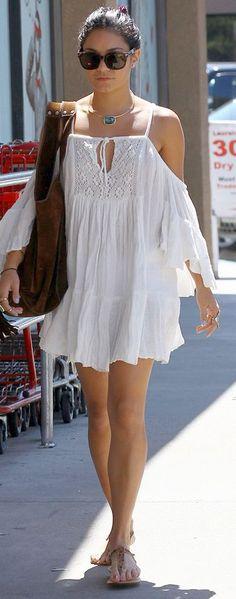 VESTIDOS IDEALES PARA PASEAR POR LA PLAYA Hola Chicas!! Para ir a pasear por la playa o a comer, beber algo, los vestidos cortos casuales son la mejor opción; hay mucha variedad en las tiendas, opta por comprar vestidos sencillos, de algodón y una variedad de diferentes estilos y para no parecer demasiado elegantes, puedes combinar los vestidos con sandalias y joyería sencilla que hay muchos collares y brazaletes hermosos en las tiendas. Te dejo una galeria de fotografias con este estilo de