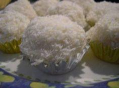 Truffes au chocolat blanc et à la noix de coco avec un coeur de noisette