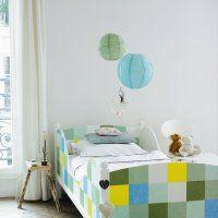 Cadre de lit en bois décoré de carrés en papier - Marie Claire Idées