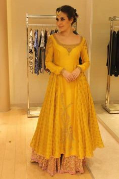 Gorgeous Sangeet Outfits for the Dancing Bride Pakistani Wedding Outfits, Pakistani Dresses, Indian Dresses, Bridal Outfits, Indian Outfits, Pakistani Mehndi Dress, Pakistani Dress Design, Pakistani Bridal, Indian Clothes