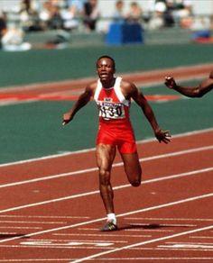 Calvin Smith (USA). Con 9.93 s en 1983 (superó la marca de Hines) vigente cinco años hasta que la rebajó Carl Lewis. Bronce en Seul'88 con 9.99s y medalla de oro en 4x100 en LA'84 (RM)(RO). Campeón del mundo en Helsinki'83 y Roma '87 en los 200 m. Plata en 100 lisos en Helsinki tras Carl Lewis. Su marca en 200 es de 19.99s lograda en Zurich en 1983.