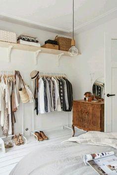 Habitación en blanco con toques de madera. http://almacendeinspiraciones.blogspot.com.es/search?updated-max=2014-11-19T00:00:00+01:00