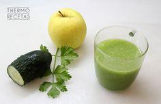Zumo desintoxicante de manzana, apio, pepino y limón. Es un zumo detox o zumo verde, ideal para eliminar las toxinas que produce la alimentación, estrés y modo de vida urbana. Y está riquísimo.
