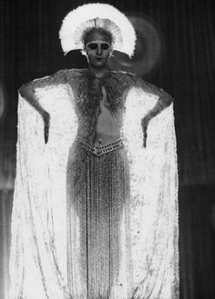 """Brigitte Helm, German actress who played the dual roles of Maria and 'der Maschinenmensch' in Fritz Lang's silent film classic """"Metropolis"""" Metropolis Fritz Lang, Metropolis 1927, Metropolis Robot, Viejo Hollywood, I Love Cinema, Louise Brooks, Black White, Movie Costumes, Silent Film"""
