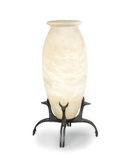 ARMAND-ALBERT RATEAU (1882-1938) LAMPE DE TABLE AUX FENNECS, VERS 1920-1925 La vasque en albâtre, de forme oblongue à col évasé, reposant sur une base quadripode en bronze à patine vert sombre, figurant quatre fennecs dos à dos, la bague de soutien de l'ampoule à l'intérieur de la vasque en bronze patiné vert sombre formant corolle Hauteur : 42,5 cm. (16¾ in.) Un fennec estampillé AA INVR PARIS, un deuxième fennec estampillé AA RATEAU INVR PARIS numéroté 1670 et 5289, un autre fennec frappé…