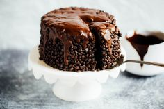 Best gluten free chocolate cake- made with sweet potato and avocados! An easy paleo celebration cake that is moist. Gluten Free Chocolate Cake, Chocolate Recipes, Chocolate Videos, Chocolate Cakes, Healthy Cake, Healthy Sweets, Paleo Dessert, Cake Recipes, Dessert Recipes