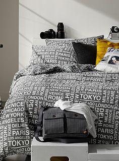 Dessinée dans nos studios en exclusivité pour Simons Maison     L'esprit des voyages urbains avec des noms de grandes villes imprimés dans un effet pochoir graphique en contraste blanc pur sur charbon.  Percale facile d'entretien.      L'ensemble comprend :   Jumeau : 1 housse 66x90 pouces, 1 cache-oreiller 20x26 pouces  Double : 1 housse 84x90 pouces, 2 cache-oreillers 20x26 pouces  Grand format : 1 housse 90x95 pouces, 2 cache-oreillers 20x30 pouces  Très grand format : 1 housse 108x95…