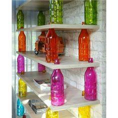 #mulpix Estante linda de morrer feita com garrafas coloridas 😀💚💙💛💖💜 . Imagem de @simplesmentedecor 🌷 .  #decoração  #decor  #decoration  #ideia  #ideias  #art  #arte  #diy  #tutorial  #artesanato  #design  #designdeinteriores  #arquitetura  #casa  #home  #instalike  #like4like  #love  #quarto  #escritorio  #quartoinfantil  #idea  #ideas  #criatividade  #creative  #sala  #estante