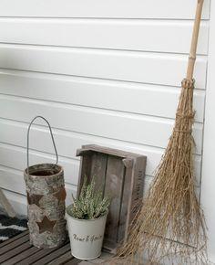 Besen, Holzkiste, weißer Übertopf für Heide