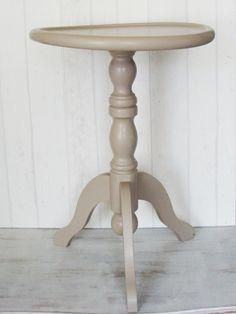 Rond tafeltje, leemkleur, driepoot. Leuk als bijzettafeltje, wijntafeltje. Afmetingen: 42 cm doorsnede 59 cm hoog