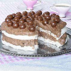 Marängchokladmoussetårta med chokladkulor