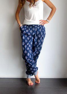 Pantalón hippy en azul con estampado blanco. www.ch2online.com