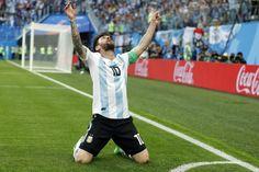 アルゼンチン代表は26日、2018 FIFAワールドカップ ロシア・グループステージ第3戦でナイジェリア代表と対戦し、2-1で勝利。グループD最下位から2位に··· World Cup Russia 2018, World Cup 2018, Fifa World Cup, Sergi Roberto, Jordi Alba, Nike Outlet, Fitflop, Sports Pictures, Best Player