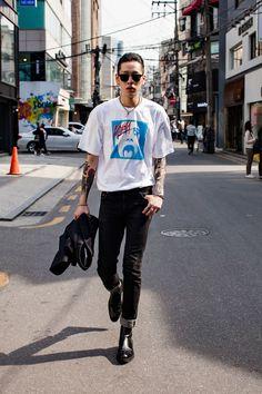 A mesma coisa da jaqueta bomber jeans, mesmo efeito visual, só que com camiseta. A botinha é bem hipster e vai linda com esse estilo de calça também.