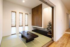 シンプルな中にもセンスが光るインテリアと暮らしがより豊かに楽しくなるアイデアが詰まった素敵なI様邸です。 Home Office Design, House Design, Tatami Room, Zen Room, Cute House, Japanese House, Guest Room, Entryway, Living Room
