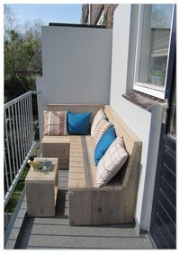 On a small terrace (less than 1 m deep!) You can enjoy a lounge sofa! A balcony lounge sofa! A complete set offers a wonderful lounge … – Roos Kersten - All About Balcony Balcony Bench, Narrow Balcony, Small Balcony Design, Small Balcony Garden, Small Balcony Decor, Small Terrace, Small Balcony Furniture, Small Balconies, Apartment Balcony Decorating