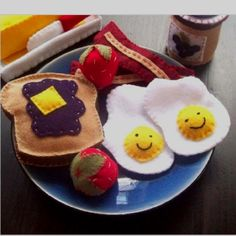 Felt breakfast play food! Ingenious! How come I never thought I'd this before?!