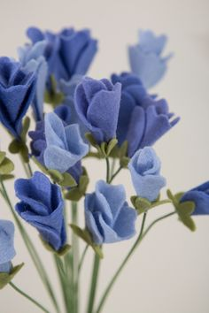 To Make The Most Adorable Sweet Pea Flowers Out Of Felt! Learn how to make your own felt sweet pea flowers!Learn how to make your own felt sweet pea flowers! Felt Diy, Felt Crafts, Fabric Crafts, Diy And Crafts, Easy Crafts, Handmade Flowers, Diy Flowers, Paper Flowers, Felted Flowers