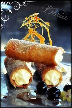 Cannelloni au mascarpone et Cerises Amarena - Appetizer Recipes Desserts With Biscuits, Köstliche Desserts, Dessert Recipes, Cannoli, Cannelloni, Sweet Recipes, Bakery, Food And Drink, Cooking Recipes