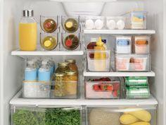 Você sabe como armazenar os alimentos na geladeira? O que deve ir em cada prateleira? Confira as dicas no post e não deixe seus alimentos estragarem por guardar de forma inadequada!