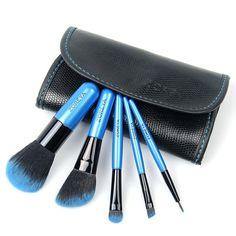 5 Zoreya Mini Sminkekoster  | Tøft lite sett med 5 solide sminkekoster av mini-størrelse for enkelt å kunne medbringes i vesken, påreise osv. Fantastisk flott fargegradering fra sort over til blått i de tette, myke børstehårene. Jevn og fin påføring av makeup. Den lille sorte skinnvesken har magnetisk kneppelukking og beskyttelsesklaff over børstehodene.  >>> Dette settet kan bestilles HER: bit.ly/21s9Cpo