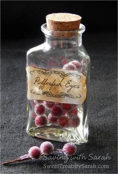 DIY and Free Printable! Harry Potter Project Part 1 : Potion Bottles I've finally started the Harry Potter DIY Christmas gifts for my daughter. Harry Potter Halloween, École Harry Potter, Harry Potter Bedroom, Harry Potter Cosplay, Harry Potter Birthday, Harry Potter Plants, Halloween Potion Bottles, Halloween Apothecary, Apothecary Jars
