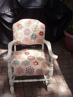 Using a quilt to reupholster a vintage chair. Repurposed Furniture, Cool Furniture, Painted Furniture, Furniture Design, Old Quilts, Baby Quilts, Shabby Chic Vintage, Vintage Linen, Patchwork Chair