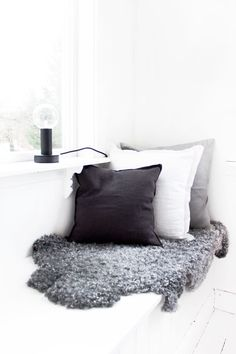 Fascinating Useful Ideas: Decorative Pillows Covers No Sew white decorative pillows benches.Decorative Pillows On Bed Fabrics decorative pillows on bed grain sack.Decorative Pillows With Sayings Funny Cross Stitches. Home Interior, Interior Styling, Interior Decorating, Interior Design, Casa Hygge, White Decorative Pillows, Blue Pillows, Decor Pillows, Linen Pillows