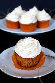Porkkana cupcaket kaneli-tuorejuustokuorrutteella
