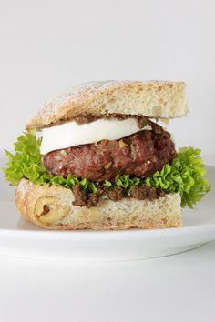"""Meine lustige """"Burger der Woche""""-Reihe geht heute mit dem The Sicilian Burger nahtlos weiter. Der Pate stand Pate und überwachte den Produktionsprozess akribisch: Leckeres Pinienkern-Patty, dazu frisches Oliven-Ciabatta und eine würzige Oliven-Tapenade.  Das Basis-Rezept stammt aus"""