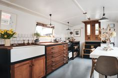 The Nordroom - A Cozy and Stylish Houseboat in London Houseboat Living, Houseboat Ideas, Houseboat Decor, Living On A Boat, Tiny Living, Scandinavian Apartment, Galley Kitchens, Reclaimed Furniture, Tiny House Movement